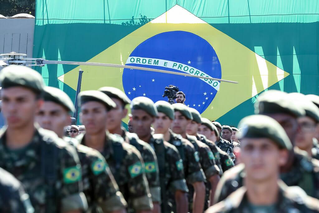 Solenidade do Exército Brasileiro, com bandeira do Brasil ao fundo