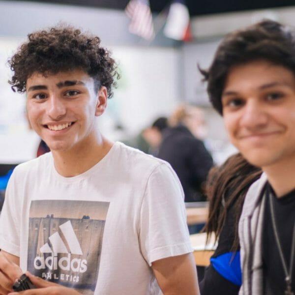Adolescentes no colégio