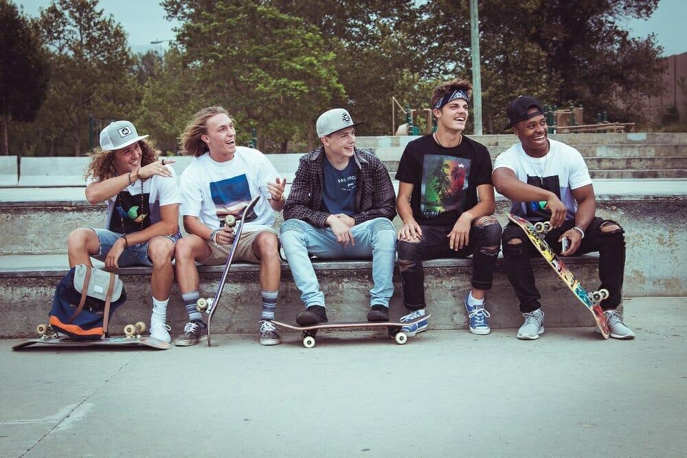 Adolescentes sentados em uma praça de skate
