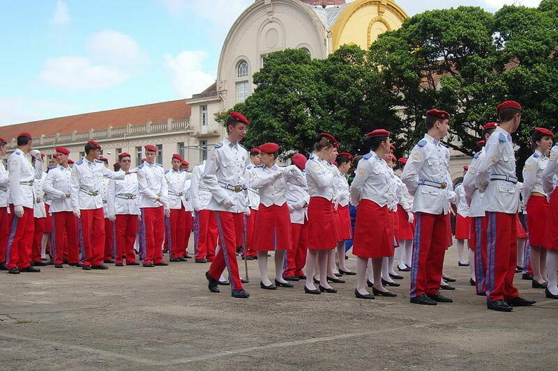 Alunos do Colégio Militar de Porto Alegre em desfile
