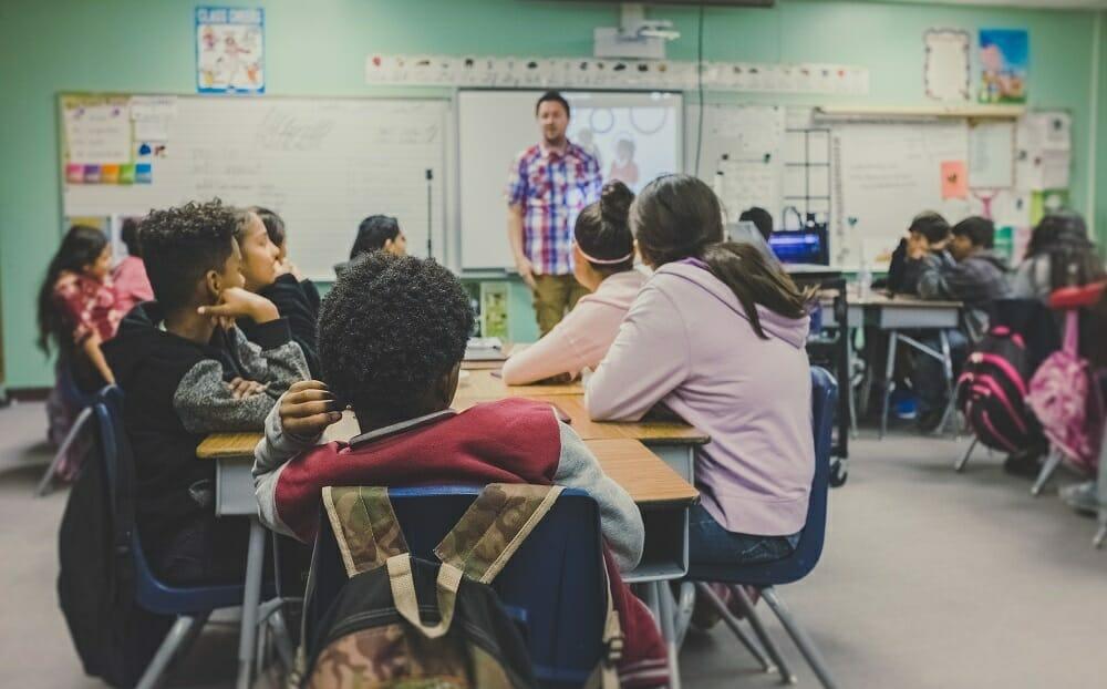alunos sentados juntos em sala de aula do ensino medio