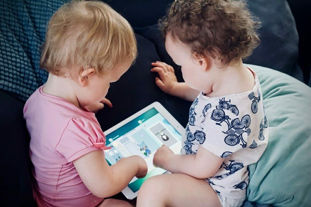 Tempo de tela na infância: bebês usando o tablet para brincar