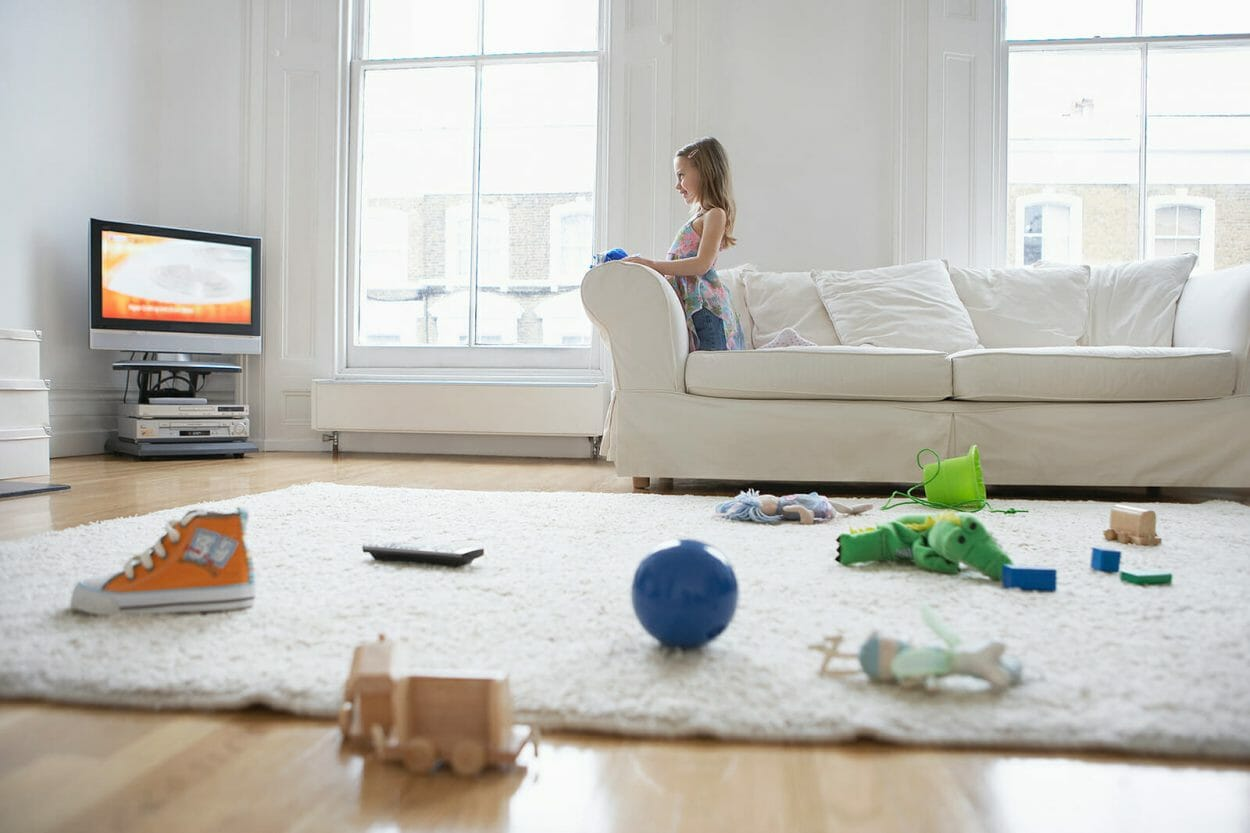 crianca assistindo tv brinquedos chao