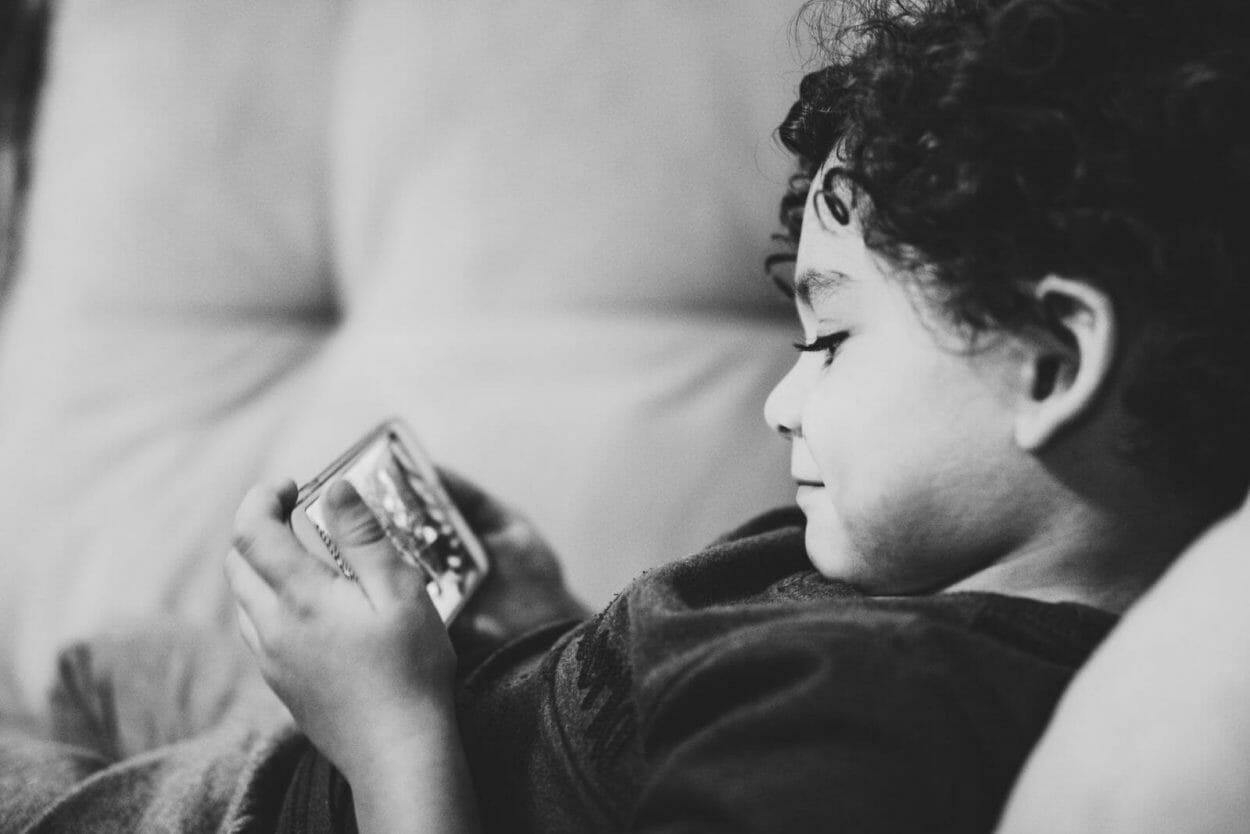 crianca assistindo video no celular