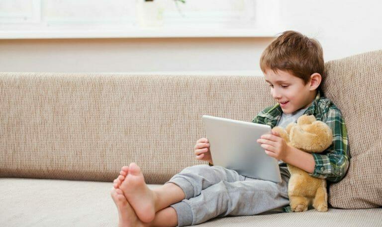 Criança assistindo filme no tablet