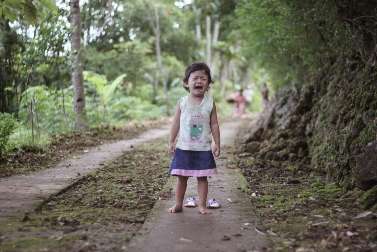 crianca chorando no meio da estrada