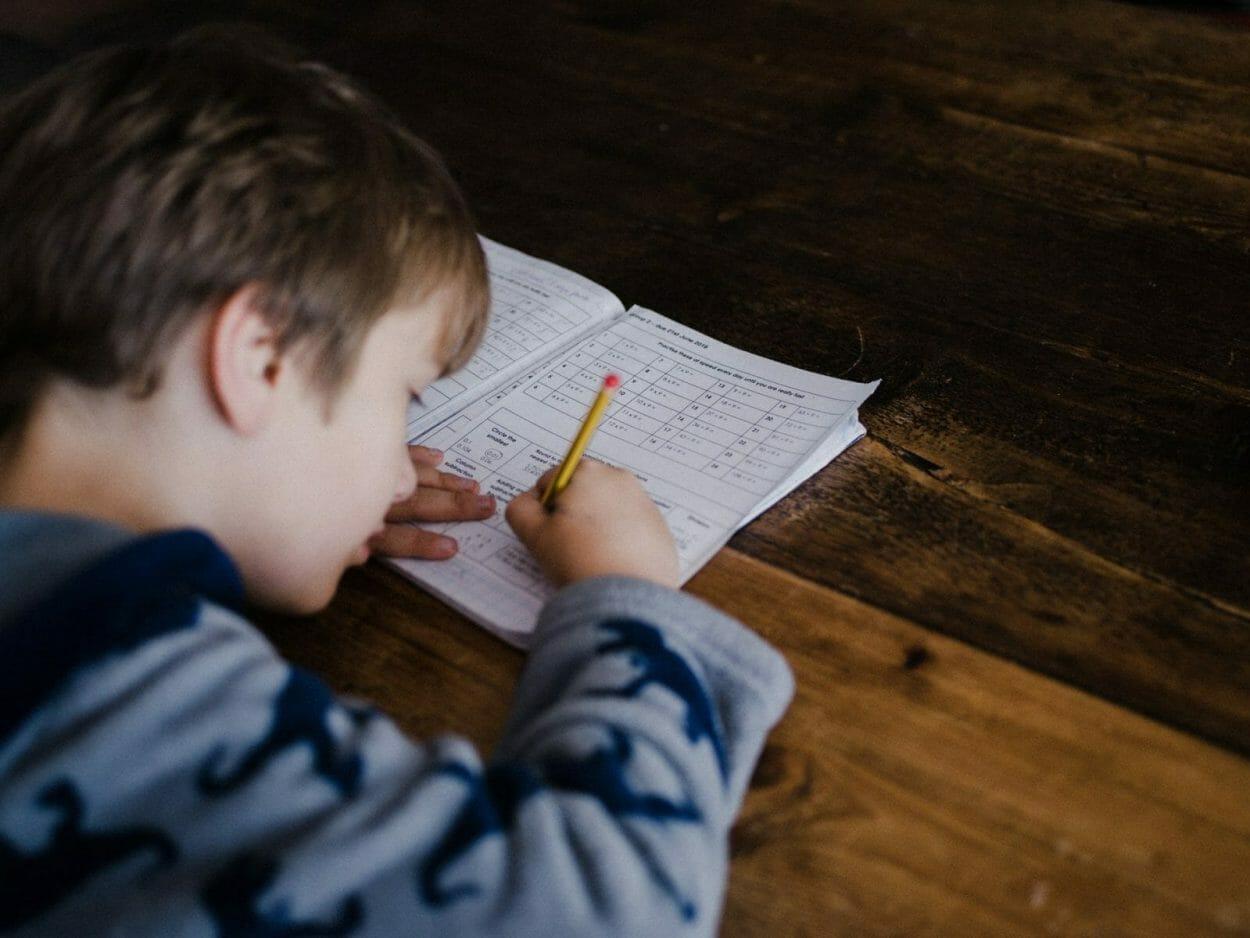 crianca fazendo prova