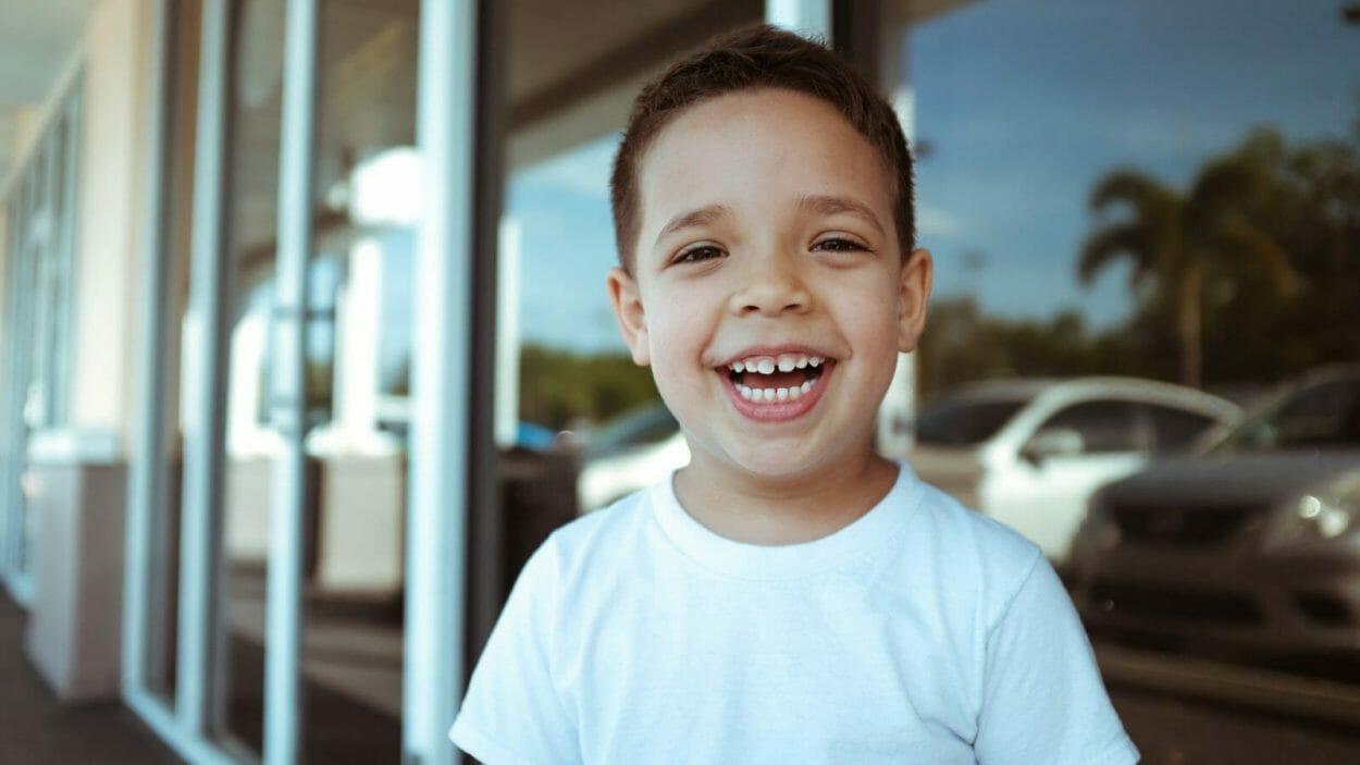 criança sorrindo mostrando os dentes