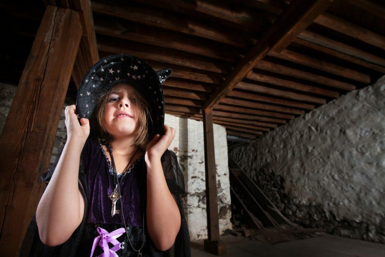 Criança vestida de bruxa para fazer mágica infantil
