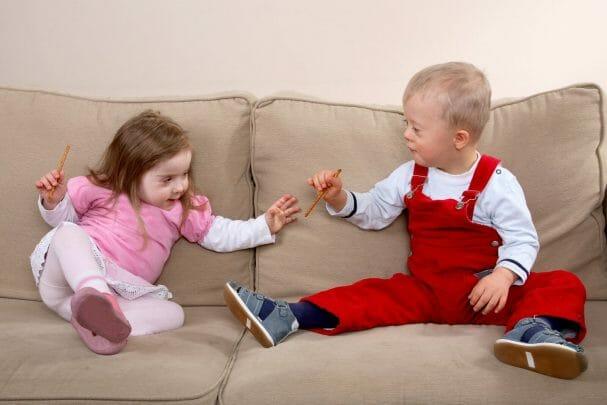 Crianças com sindrome de down brincando
