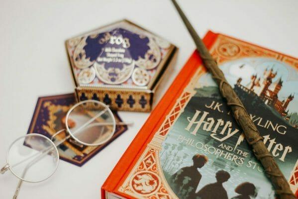 Livro, varinha, acessórios e doce de Harry Potter