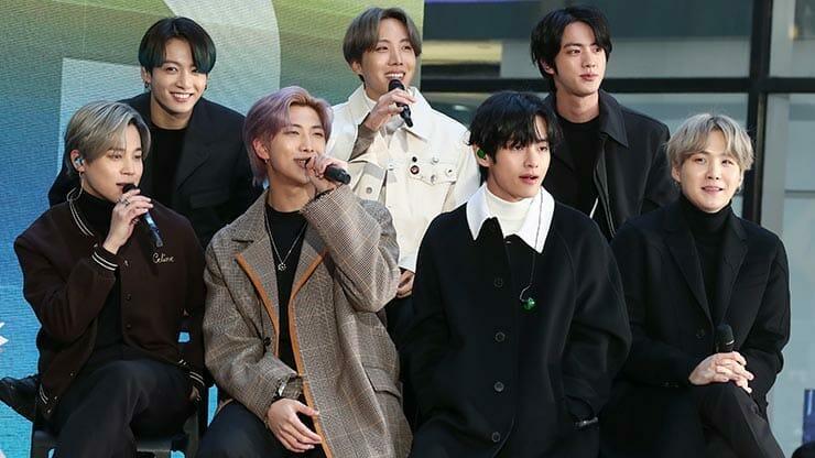 Integrantes do BTS durante show