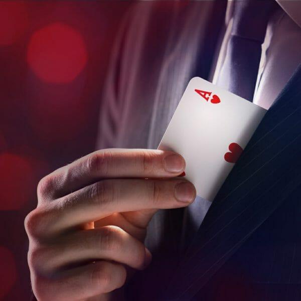 mágico tirando carta do paletó