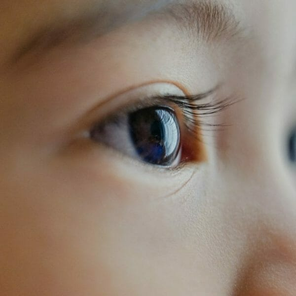 foto em close de um dos olhos de um bebê