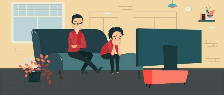 Pai e filho roendo unha enquanto assistem TV
