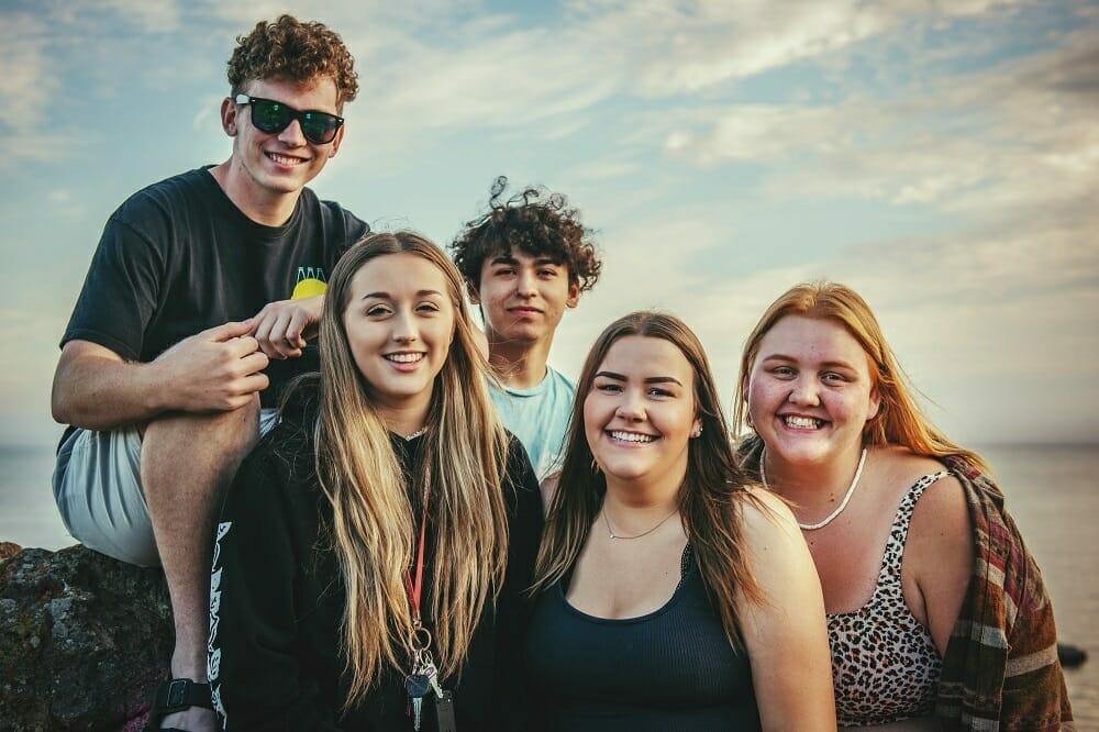 Retrato de adolescentes sorrindo para foto posada
